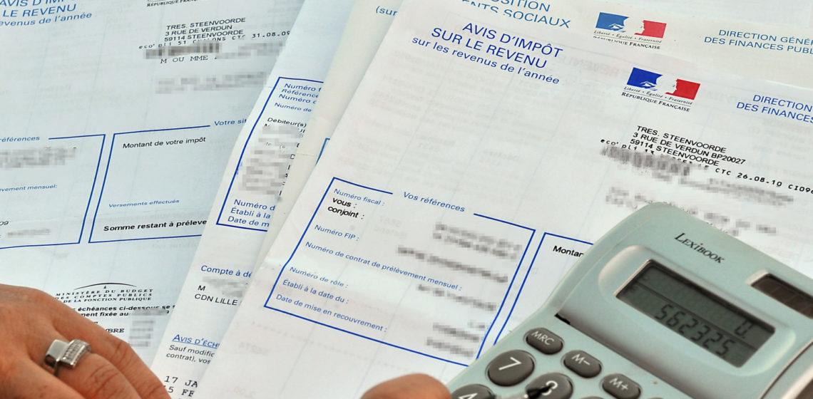 """Une personne consulte son avis d'impôt sur le revenu 2010, le 20 septembre 2010 à Lille. Près des trois-quarts des Français (71%) jugent """"injuste"""" la répartition des impôts en France, mais seulement une courte majorité (54%) se prononce pour la suppression du bouclier fiscal, selon un sondage réalisé par TNS-Sofres pour i-TELE, Europe 1 et Le Monde et publié le 21 septembre 2010. AFP PHOTO  / PHILIPPE HUGUEN"""